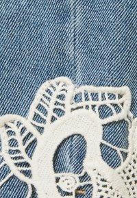 Vero Moda Curve - VMNINETEEN - Shorts di jeans - light blue denim/birch - 2