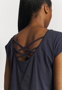 Yogasearcher - UTTANA - T-shirt basic - lavastone - 3