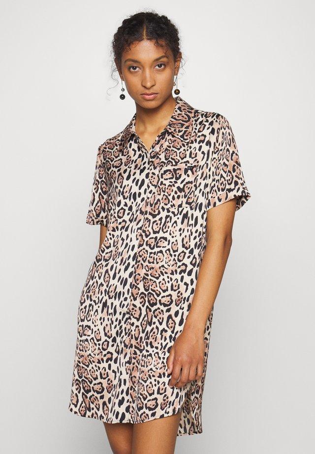 LEIZA BLOUSE DRESS - Skjortklänning - sand shell