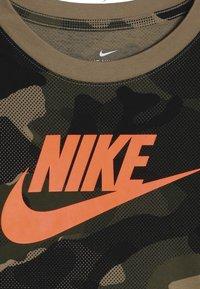 Nike Sportswear - CAMO - Langærmede T-shirts - beechtree/medium olive - 4