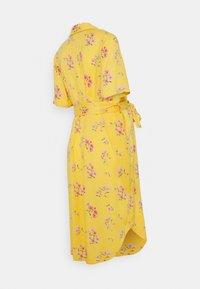 Pieces Maternity - PCMTRINA SHIRT MIDI DRESS - Vestido camisero - banana - 1