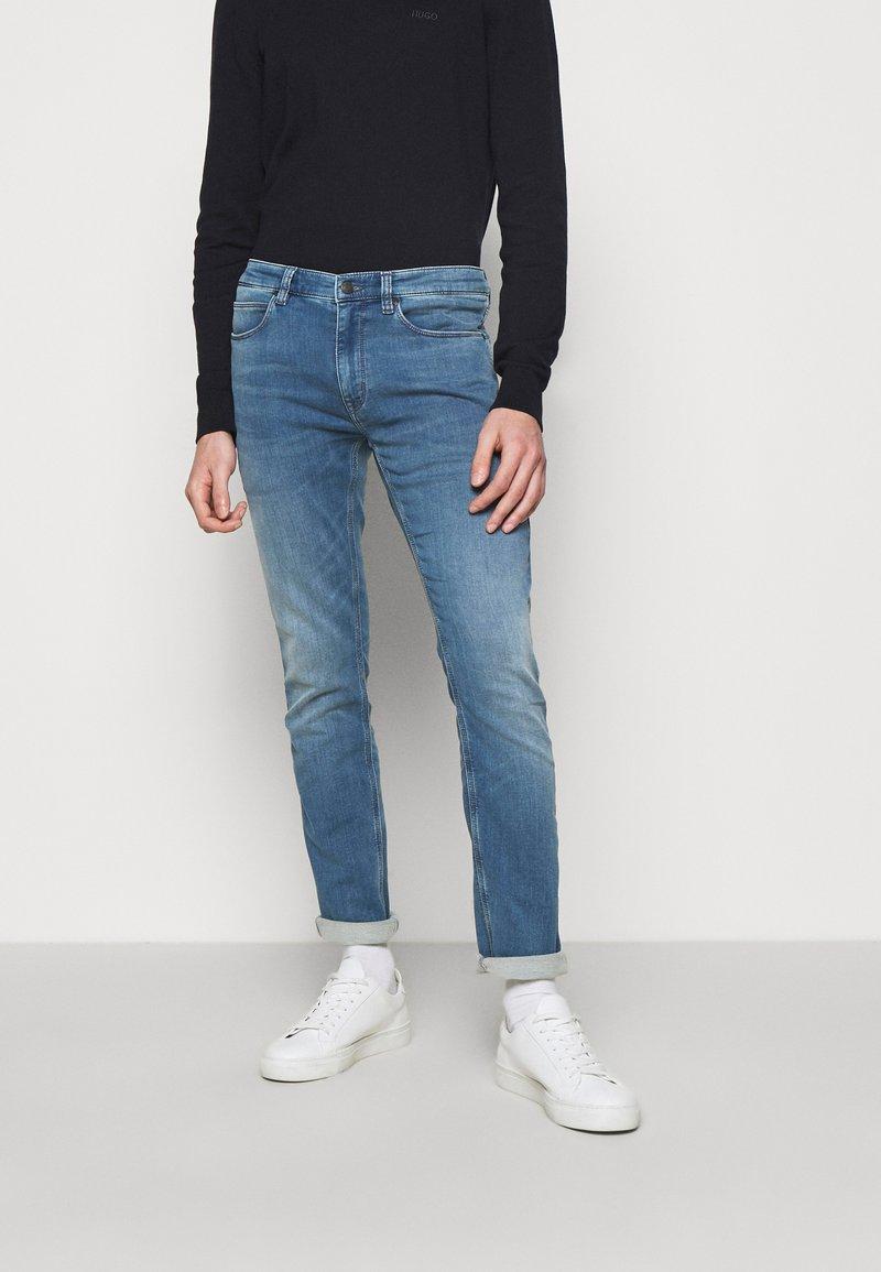 HUGO - Džíny Straight Fit - medium blue