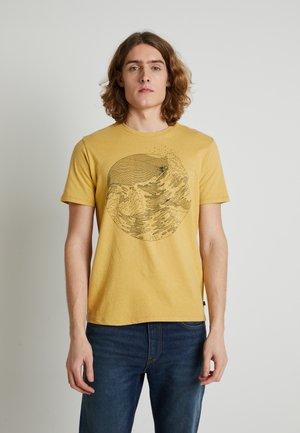 WELLTHREAD POCKET TEE - Print T-shirt - riptide hemp