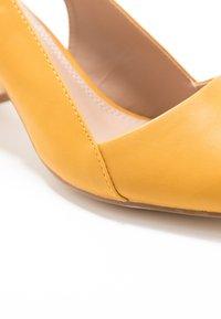 co wren - Classic heels - mustard - 2