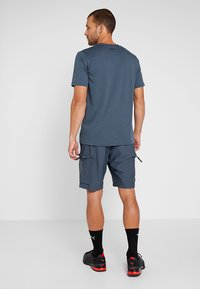 Under Armour - ISSUED - T-shirt con stampa - wire/beta red - 2