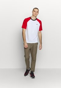 Lacoste LIVE - TH6185 - T-shirt con stampa - white/red/black - 1