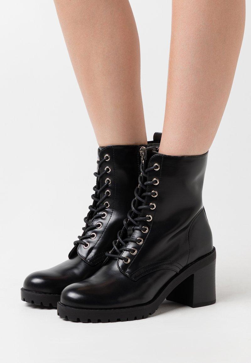 mtng - MAYA - Šněrovací kotníkové boty - black
