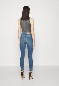 NA-KD - SKINNY HIGH WAIST OPEN HEM - Jeans Skinny Fit - mid blue - 2