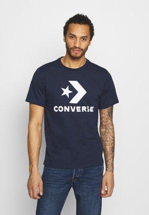 STAR CHEVRON TEE - Print T-shirt - obsidian