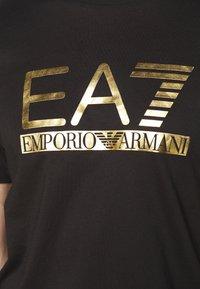 EA7 Emporio Armani - Triko spotiskem - black/gold - 5