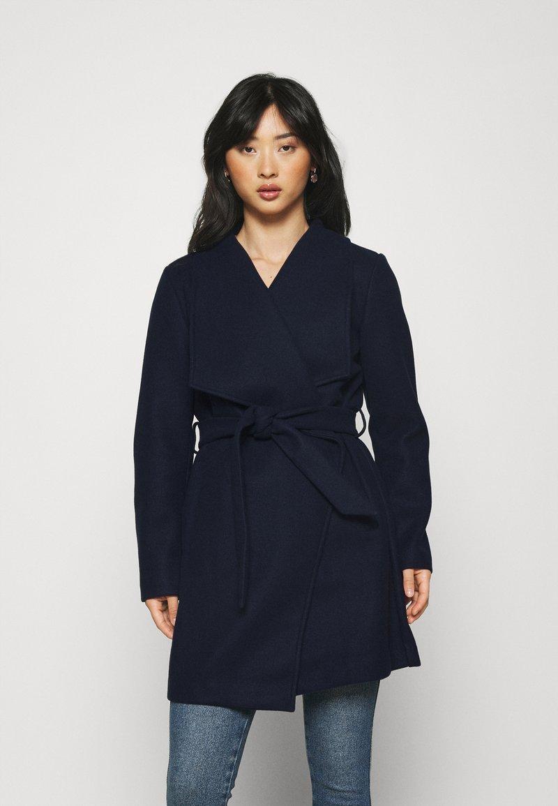 VILA PETITE - VICOOLEY COLLAR BELT COAT - Classic coat - navy blazer