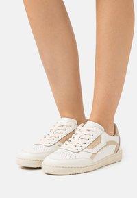 Marc O'Polo - COURT - Sneakersy niskie - offwhite/sand - 0