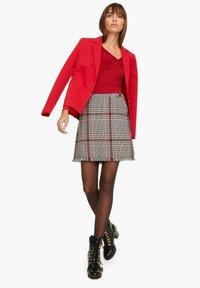comma - MIT GERAFFTEM AUSSCHNITT - Long sleeved top - red - 1