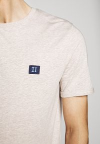 Les Deux - PIECE - Basic T-shirt - light brown melange/navy blue - 7
