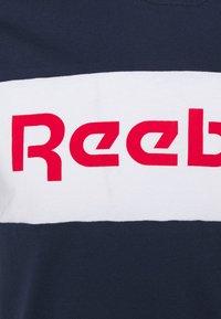 Reebok - GRAPHIC TEE - T-shirts print - vecnav/white - 2