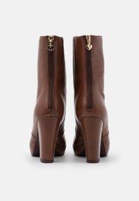 Tamaris Heart & Sole - BOOTS  - Kotníková obuv na vysokém podpatku - brandy - 3