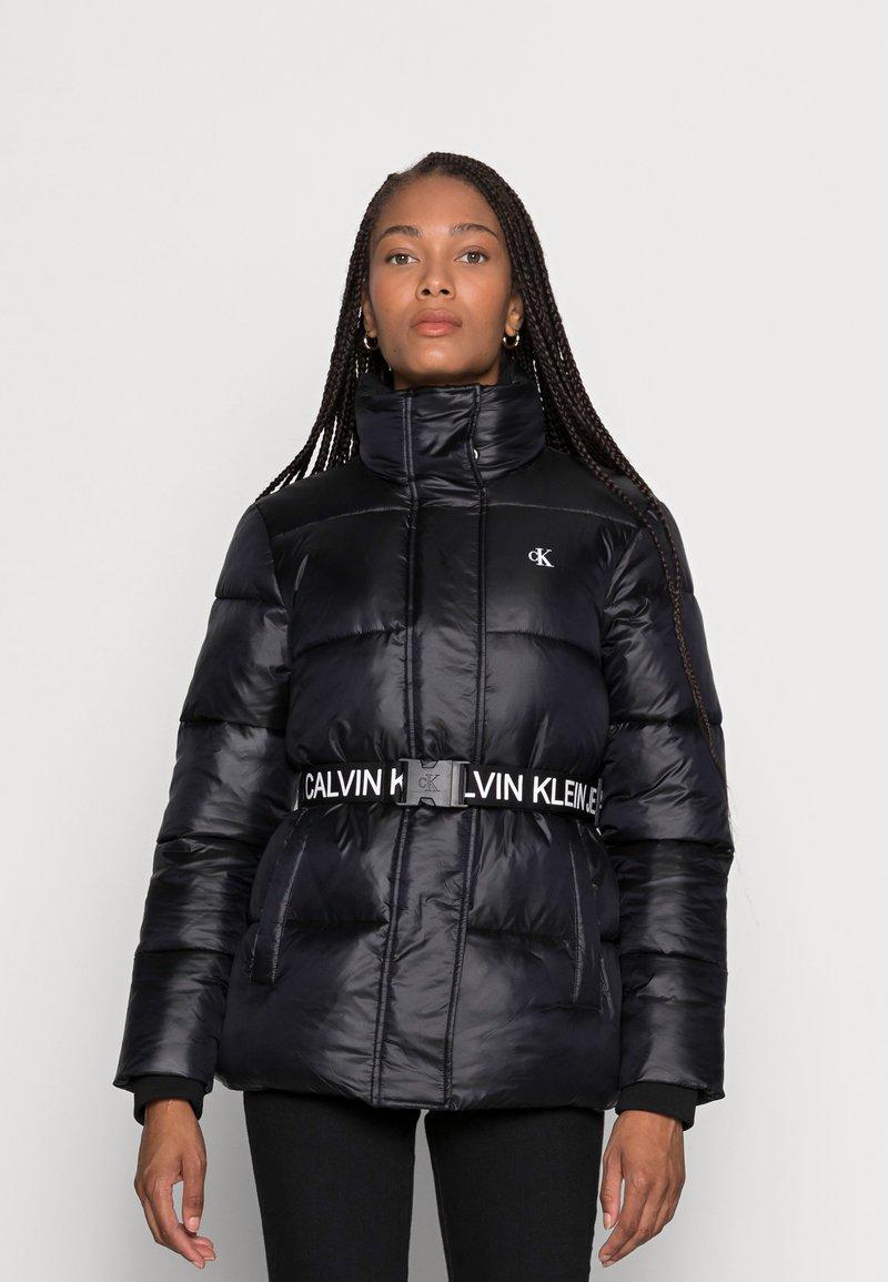 Calvin Klein Jeans - LOGO BELT WAISTED SHORT PUFFER - Winter jacket -  black