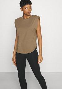 Good American - STRONG SHOULDER TANK - Basic T-shirt - taupe - 4