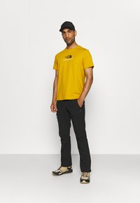 The North Face - NEW CLIMB TEE - T-shirt med print - arrowwood yellow - 1