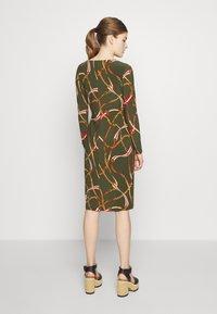 Lauren Ralph Lauren - PRINTED MATTE DRESS TRIM - Robe en jersey - oliva/red - 2