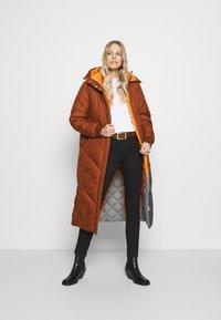 TOM TAILOR DENIM - REVERSIBLE MAXI PUFFER COAT - Zimní kabát - burnt hazelnut brown - 1