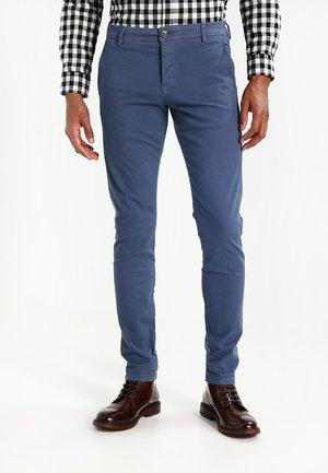 SHHONE LUCA SLIM FIT - Pantalones chinos - vintage indigo