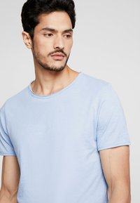 Selected Homme - SLHMORGAN O-NECK TEE - Basic T-shirt - dream blue - 4