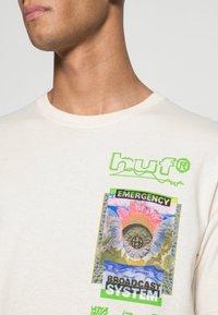 HUF - EMERGENCY SYSTEM - T-shirt imprimé - natural - 4
