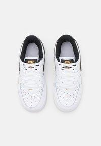 Nike Sportswear - FORCE 1 LV8 UNISEX - Sneakers basse - white/black/metallic gold - 3