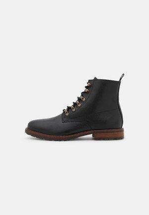 BRIGADE  - Šněrovací kotníkové boty - brown