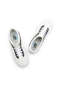 Vans - UA BOLD NI - Trainers - white - 4