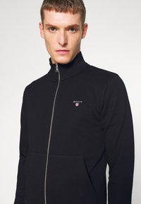 GANT - THE ORIGINAL FULL ZIP - Huvtröja med dragkedja - black - 4