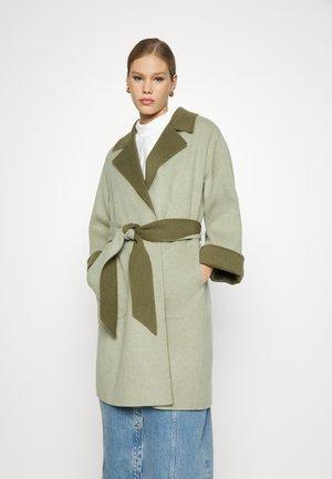TOMIKO REVERSIBLE BELTED COAT - Classic coat - sage/olive