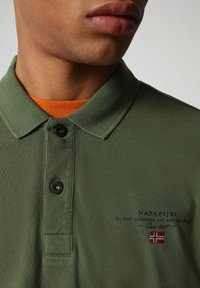 Napapijri - ELBAS - Polo shirt - green cypress - 2