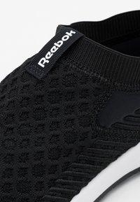 Reebok - EVER ROAD DMX SLIP ON  - Sportieve wandelschoenen - black/white - 5