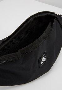 Nike Sportswear - HERITAGE HIP PACK - Sac banane - black/white - 4