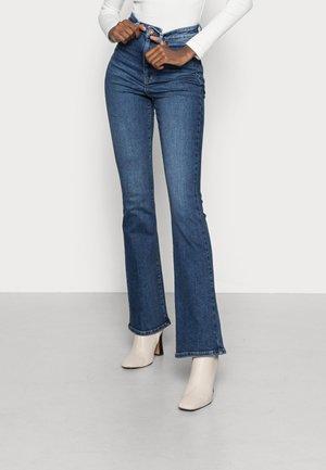 PCEMI ULTRA HWFLARED - Flared Jeans - medium blue denim