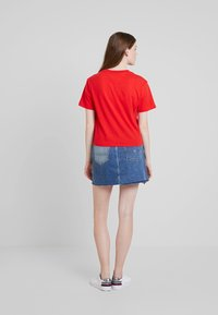 Tommy Jeans - EMBROIDERY GRAPHIC TEE - T-shirt imprimé - flame scarlet - 3