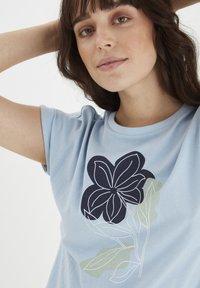 Fransa - MIT FLORALEM PRINT - Print T-shirt - cashmere blue - 3