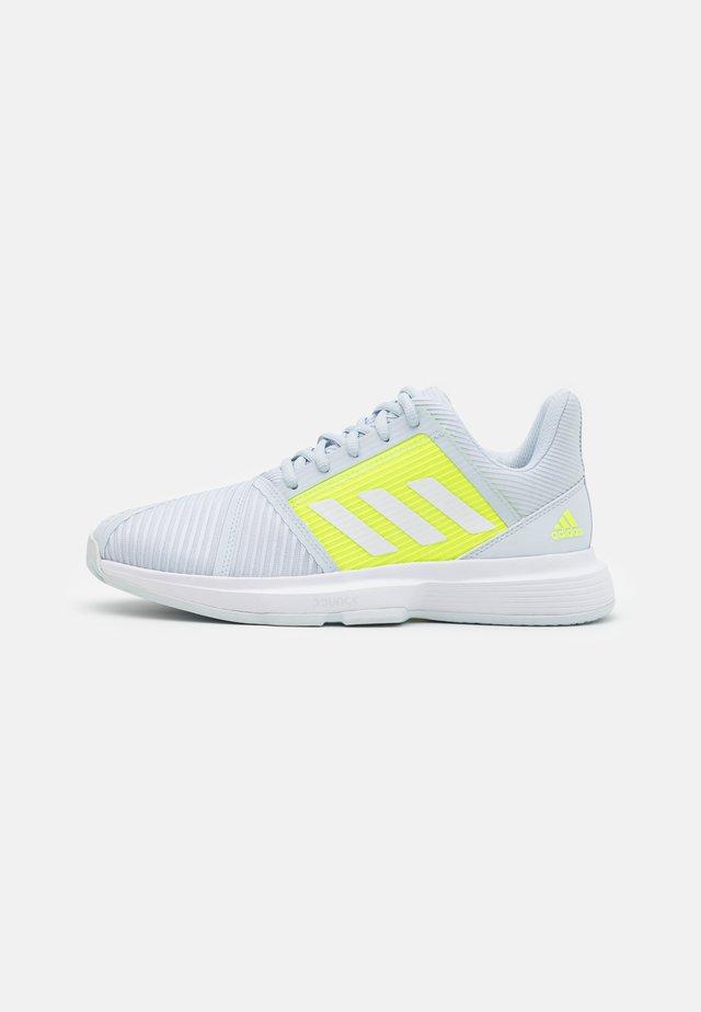 COURTJAM BOUNCE - Tennisschoenen voor alle ondergronden - half blue/footwear white/solar yellow