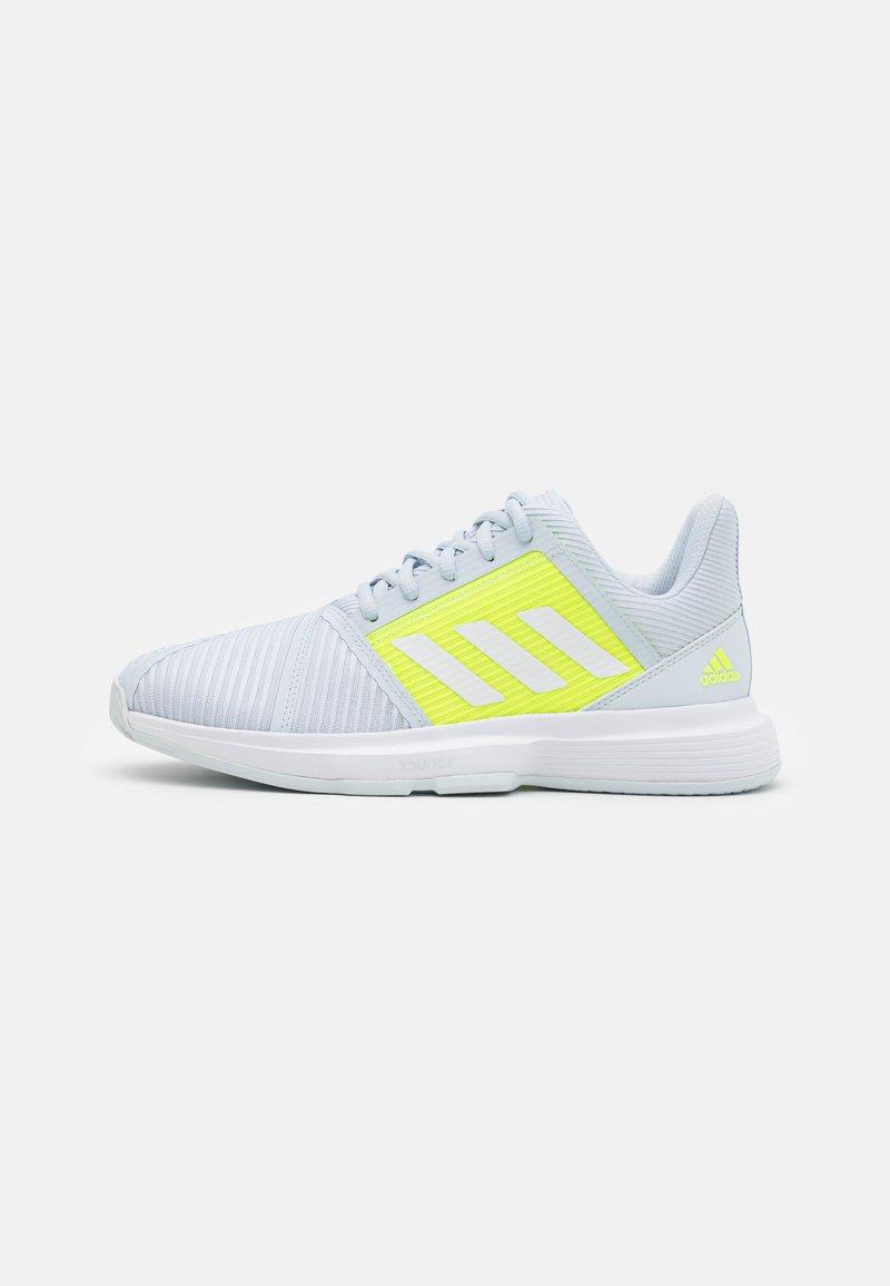 adidas Performance - COURTJAM BOUNCE - Tennisschoenen voor alle ondergronden - half blue/footwear white/solar yellow
