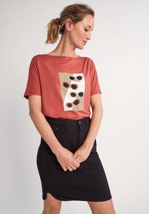 Print T-shirt - tabasco sunglasses print