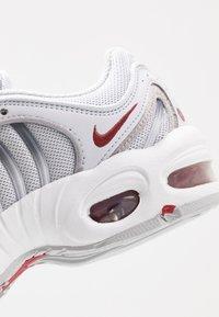 Nike Sportswear - TAILWIND - Matalavartiset tennarit - pure platinum/metallic silver/light redwood/white/cool grey - 2