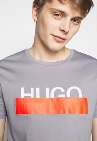 HUGO - DOLIVE - T-shirt imprimé - medium grey - 5