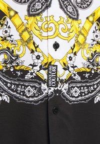 Versace Jeans Couture - BELT PAISLEY - Camisa - black - 6