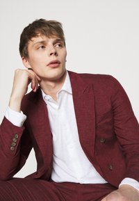 Frescobol Carioca - UNSTRUCTURED DOUBLE BREASTED - Suit jacket - dark red - 4