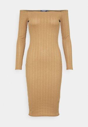 TEXTURE BARDOT BODYCON DRESS - Tubino - brown