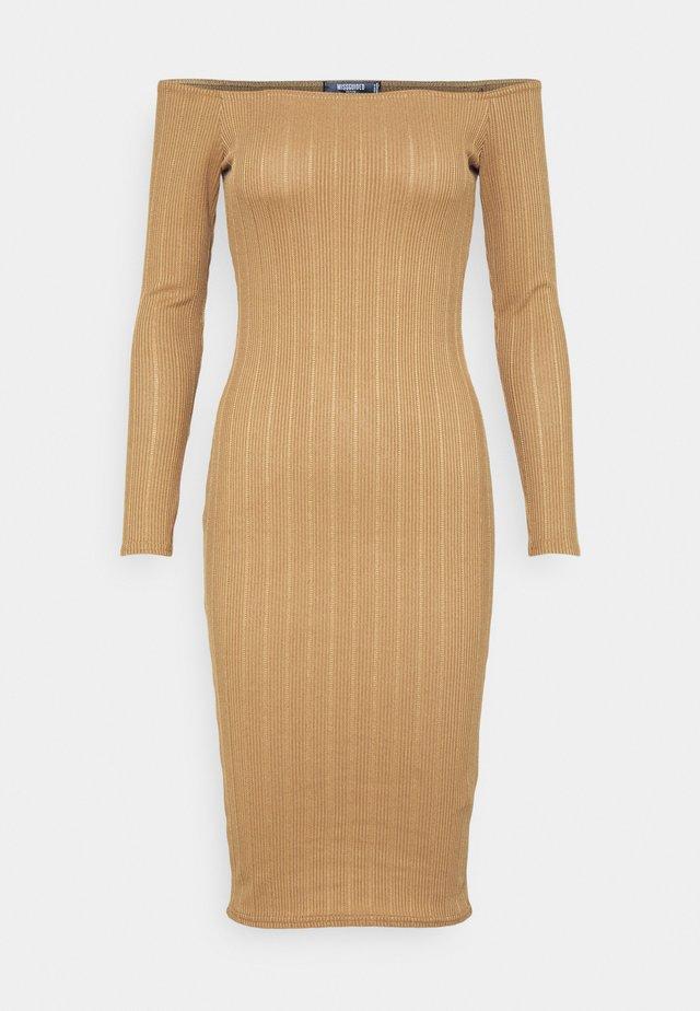 TEXTURE BARDOT BODYCON DRESS - Pouzdrové šaty - brown
