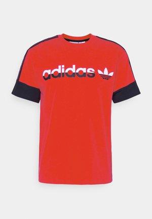 3 STRIPE SPLIT - Camiseta estampada - red/legend ink