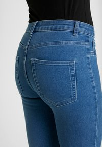 ONLY - ONLFHI MAX LIFE BOX - Skinny džíny - medium blue denim - 5